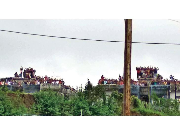 महाकाल दर्शन के रास्ते बंद, लोग परेशान हुए लेकिन बेकाबू नहीं, जमीन रोकी तो छतों पर भीड़ उज्जैन,Ujjain - Dainik Bhaskar
