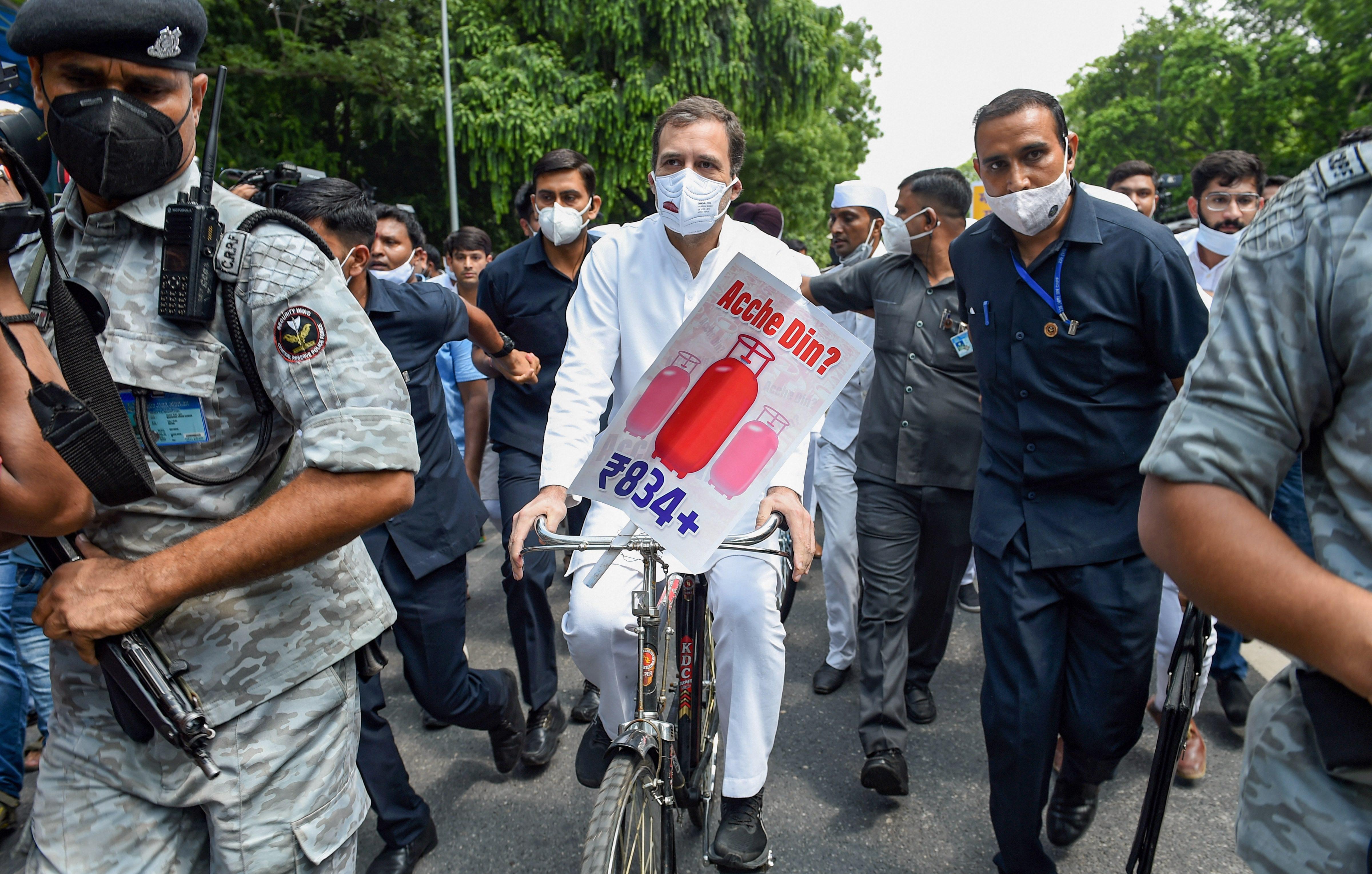 पेट्रोल और गैस सिलेंडर की बढ़ती कीमतों के विरोध में साइकिल से संसद जाते राहुल गांधी।