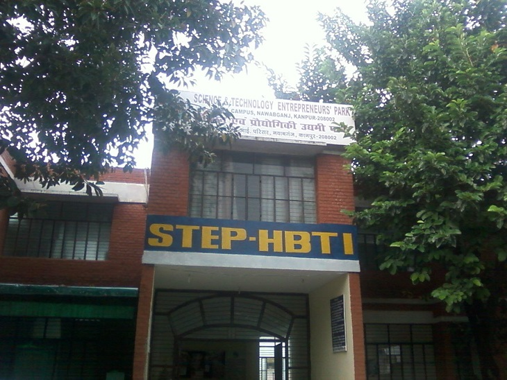 छात्रा के घर वालों को बुलाकर प्राचार्य ने की सुलह की कोशिश, छात्रा के समर्थन में उतरे स्टूडेंट्स|कानपुर,Kanpur - Dainik Bhaskar