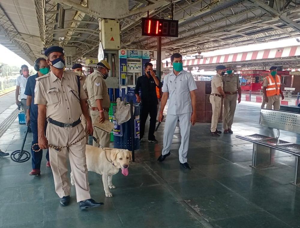 आरपीएफ ने पकडे़ पांच 'लपके', स्टेशन पर यात्रियों को ले जाने को कर रहे थे खींचतान, सुबह से हो जाते हैं सक्रिय|आगरा,Agra - Dainik Bhaskar