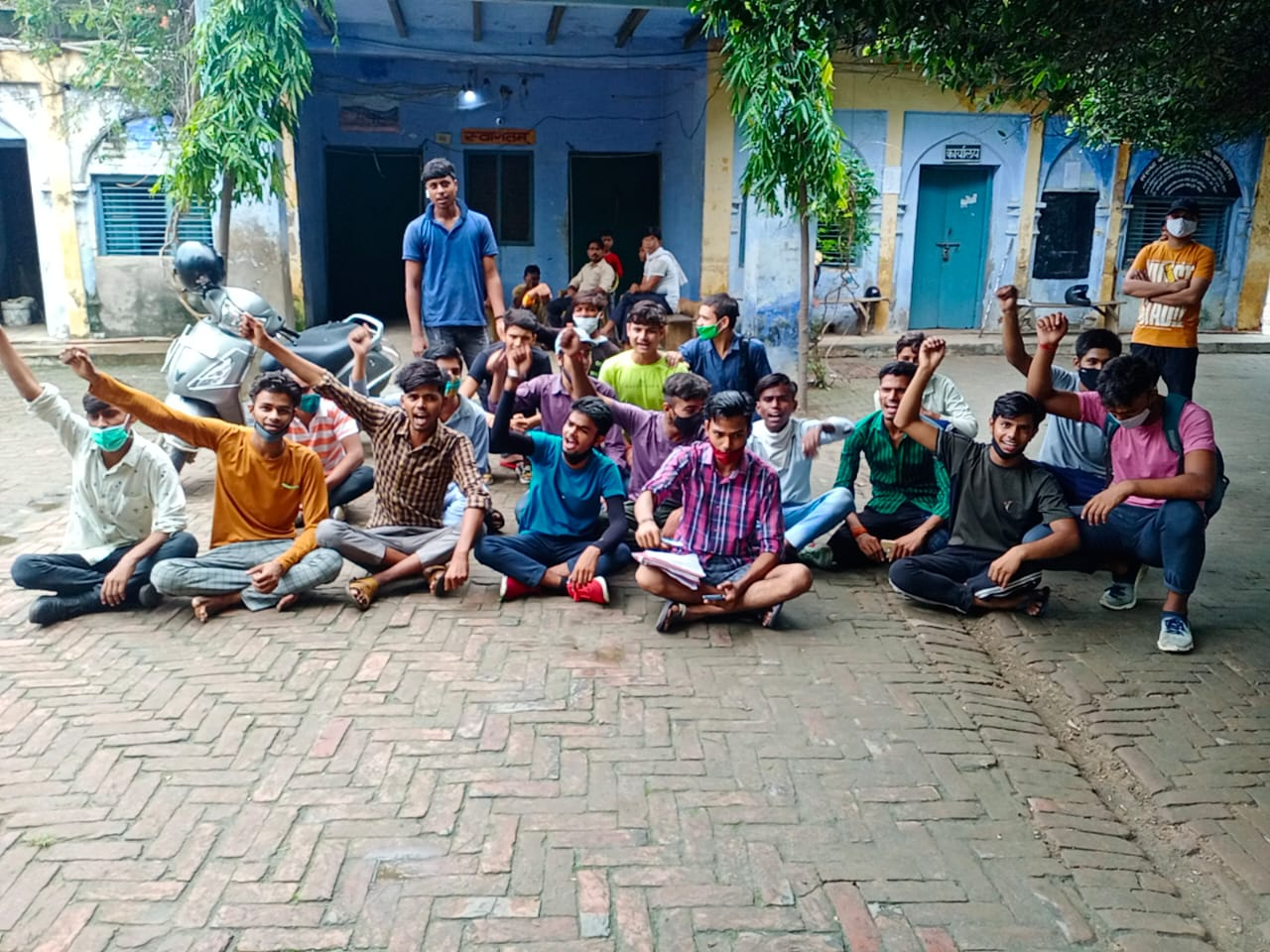 आगरा के एनसी वैदिक इंटर कॉलेज में छात्रों का हंगामा, 12वीं की मार्कशीट में नहीं हैं अंक, केवल लिखा है प्रमोटेड|आगरा,Agra - Dainik Bhaskar