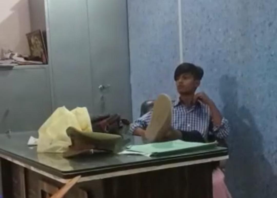 फिल्मी स्टाइल में दरोगा की कुर्सी पर बैठा तो कोई टेबल पर चढ़कर कर रहा था डांस, पकड़े गए; हाथ जोड़कर मांगी माफी|आगरा,Agra - Dainik Bhaskar