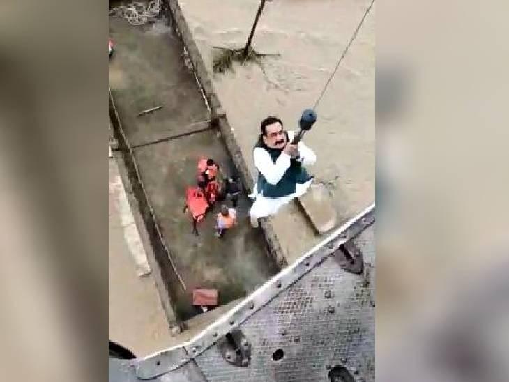 9 के फंसे होने की सूचना पर नाव से रवाना हुए थे गृहमंत्री, बिजली के तार में उलझी और कांटे से पंचर हुई नाव के ऊपर गिरा पेड़, एयरफोर्स ने निकाला|मध्य प्रदेश,Madhya Pradesh - Dainik Bhaskar