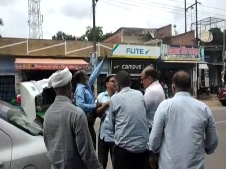 विजिलेंस लखनऊ ने घूस लेते हुए किया गिरफ्तार; पूछताछ के लिए कोतवाली लेकर गई टीम, विकास कार्यों के ऑडिट के लिए लिया था घूस|अमेठी,Amethi - Dainik Bhaskar