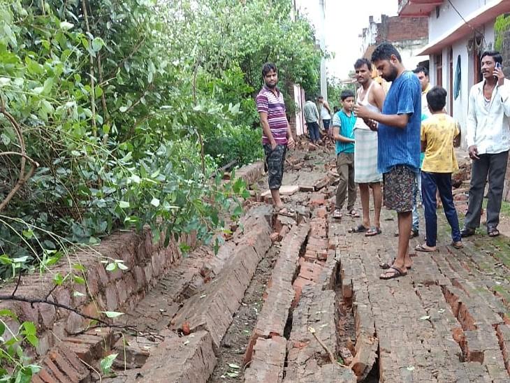 ललितपुर में भारी बारिश के चलते मकान गिर गए।