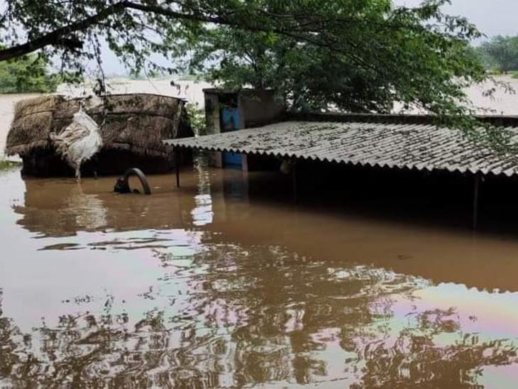 फोटो आगरा की है। यहां जलस्तर बढ़ने से लोगों के घरों में पानी भर गया है।