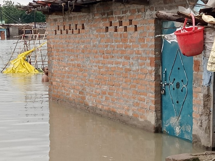 पांडु नदी के किनारे रह रहे लोगों के घरों में पानी भर गया है।