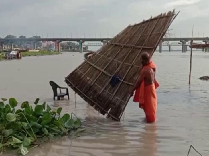 संगम किनारे से पंडा लोगों ने अपना सामान हटा दिया है।