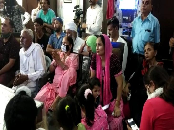 मैच देखता कप्तान रानी रामपाल का परिवार और पड़ोसी।