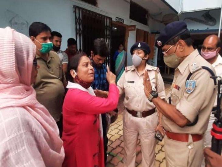 प्रदर्शन के दौरान अभिभावकों को और पुलिस के बीच भी खूब नोक-झोक हुई। - Dainik Bhaskar