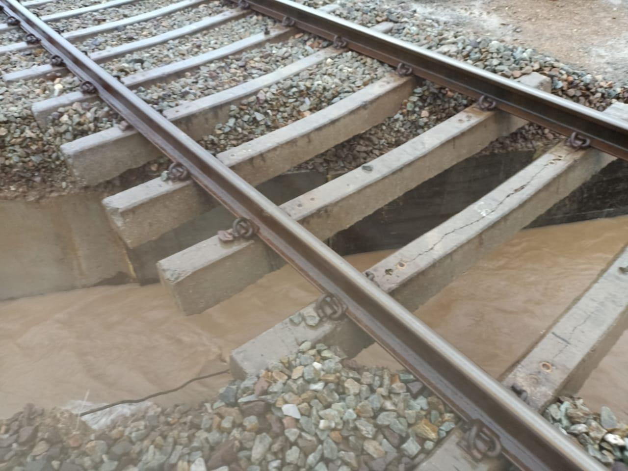 नागौैर में भारी बरसात के कारण पटरियों के नीचे पानी से कटाव हो गया। - Dainik Bhaskar