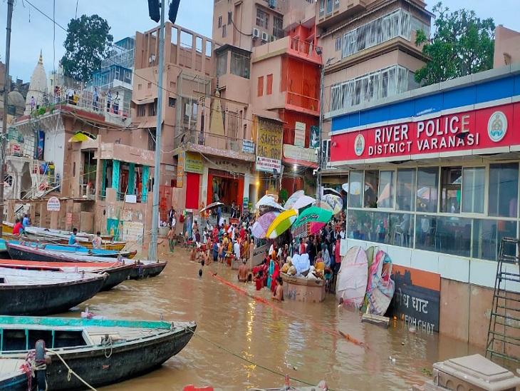 वाराणसी में चेतावनी बिंदु से 1.86 मीटर नीचे हैं गंगा, 7 सेंटीमीटर प्रति घंटे की रफ्तार से बढ़ रहा पानी; 1 दिन पहले कम हुआ था वेग वाराणसी,Varanasi - Dainik Bhaskar