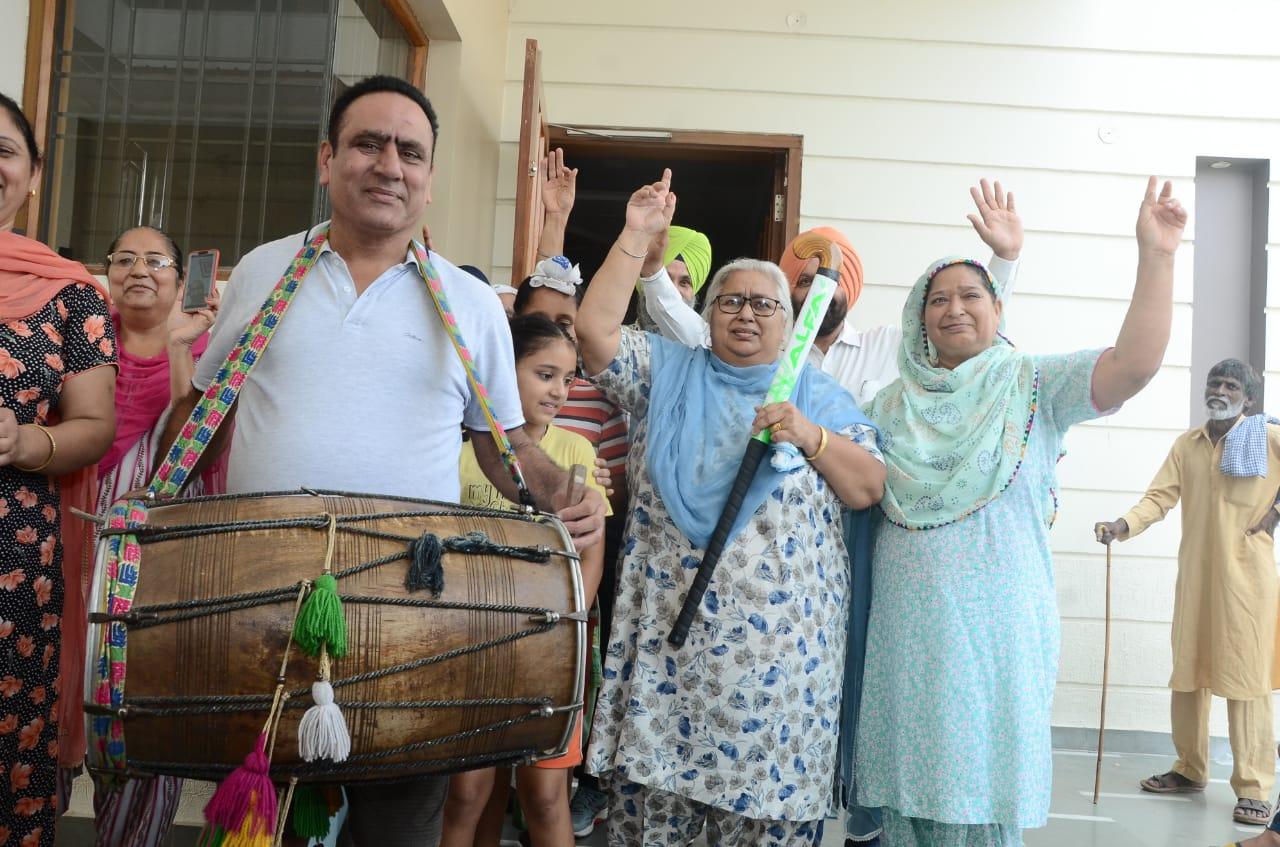 जालंधर में मनप्रीत, मनदीप और वरुण के घर ढोल की थाप पर परिवार और प्रशंसकों ने डाला भंगड़ा, जमकर आतिशबाजी|जालंधर,Jalandhar - Dainik Bhaskar