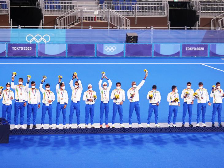 ब्रॉन्ज मेडल के साथ भारत की पुरुष हॉकी टीम। - Dainik Bhaskar