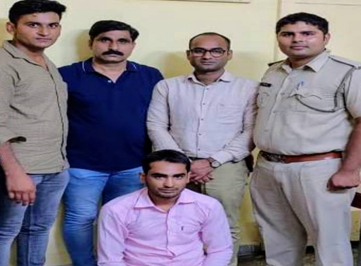 गांव में अफसरों की फोटो ऑनलाइन डाउनलोड करता है शातिर ठग, फर्जी वॉट्सऐप आईडी से जेल भेजने की धमकियां देकर वसूलता था मोटी रकम|जयपुर,Jaipur - Dainik Bhaskar