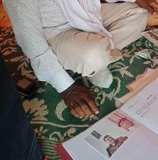 ये नीमराणा के डीएसपी महावीर सिंह का झोलाछाप के साथ बतौर प्रमाण फोटो।