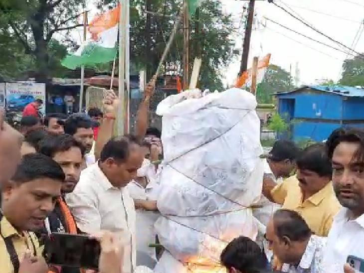 कार्यकर्ताओं ने महाप्रबंधक परिसर में ही बिजली विभाग के पुतला फूंका।