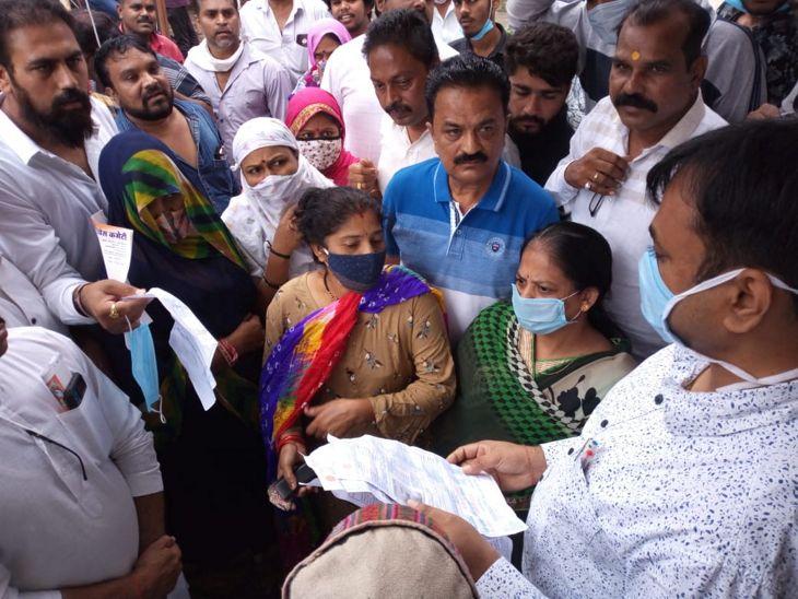 इंदौर में कांग्रेस कार्यकर्ताओं ने सौंपा ज्ञापन।