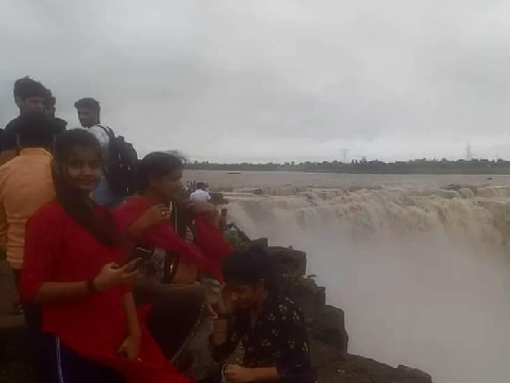 रीवा के बहुती फॉल देखने पहुंचे पर्यटक।