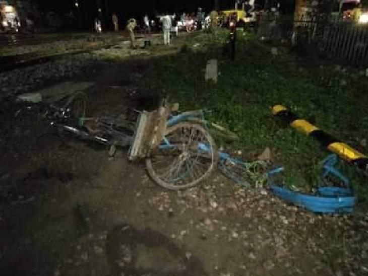 10 मिनट स्टेशन पर खड़ी रही ट्रेन, इंजन की जांच के बाद रवाना की गई ; रिक्शा चालक फरार, बड़ा हादसा टला इटावा,Etawah - Dainik Bhaskar