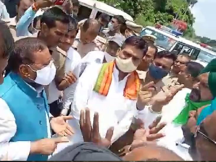 पीलीभीत में किसानों ने स्वामी प्रसाद मौर्या का काफिला रोका, जमकर हंगामा किया; झंडे छीनकर हिरासत में लिया, एसआई ने मुकदमा दर्ज कराया बरेली,Bareilly - Dainik Bhaskar