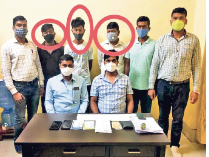 गिरफ्तार बुकिंग क्लर्क और दलाल के साथ विजिलेंस की टीम। - Dainik Bhaskar