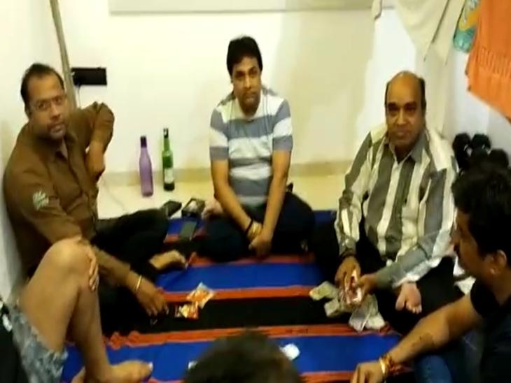 महिला थाना प्रभारी सिविल ड्रेस में पहुंची ,जाते ही कहा- जैसे बैठे हो वैसे ही बैठे रहना,दबिश दी तो सभी जुआरी चौक गए इंदौर,Indore - Dainik Bhaskar