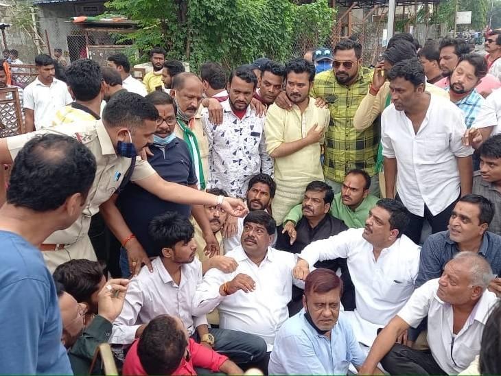 उज्जैन में अधिकारियों को बंधक बनाया; इंदौर, धार, बैतूल, होशंगाबाद और सतना में रैली निकाली, नारे लगाए|मध्य प्रदेश,Madhya Pradesh - Dainik Bhaskar