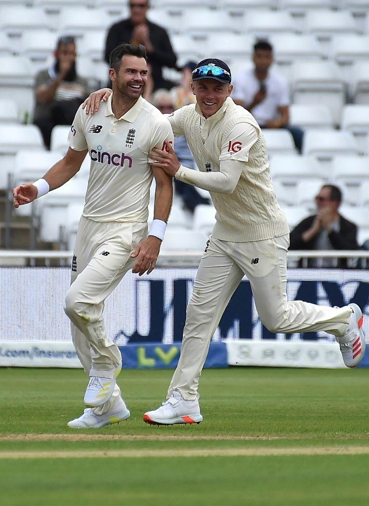 भारतीय कप्तान विराट कोहली को आउट करने के बाद जेम्स एंडरसन (बाएं)।