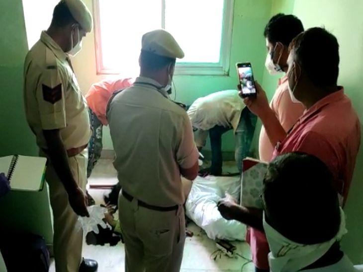 गेस्ट हाउस कमरे में जांच करती पुलिस
