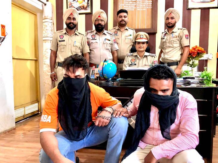 गाड़ी पर पंजाब पुलिस का स्टीकर लगाकर घूमता था RR का जवान, ट्रॉमाडोल की 2900 टैबलेट, पिस्टल और 5 कारतूस बरामद; एक साथी भी धरा गया अमृतसर,Amritsar - Dainik Bhaskar