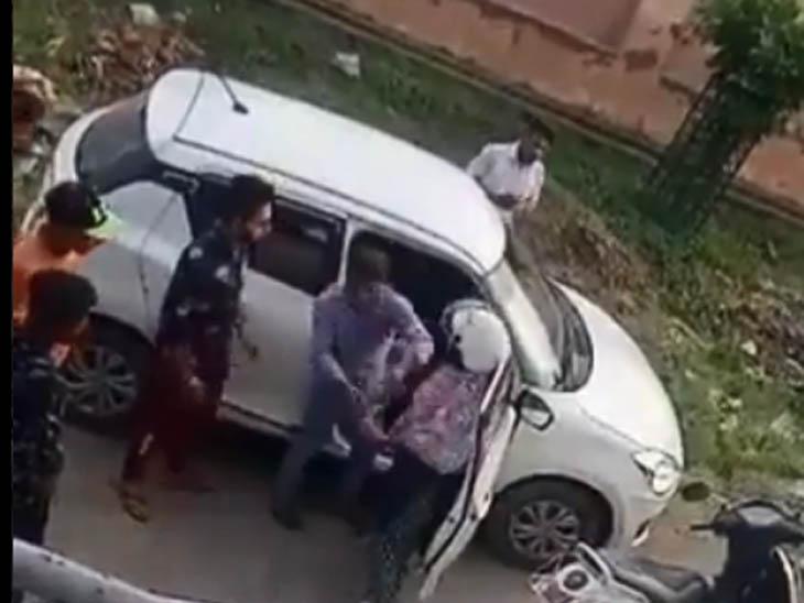 स्कूटी सवार महिला ने कार से जा रहे युवकों को ओवरटेक कर रोका; पहले खुद थप्पड़ मारे, फिर पति को बुलाकर बल्ले से पिटवाया|पानीपत,Panipat - Dainik Bhaskar
