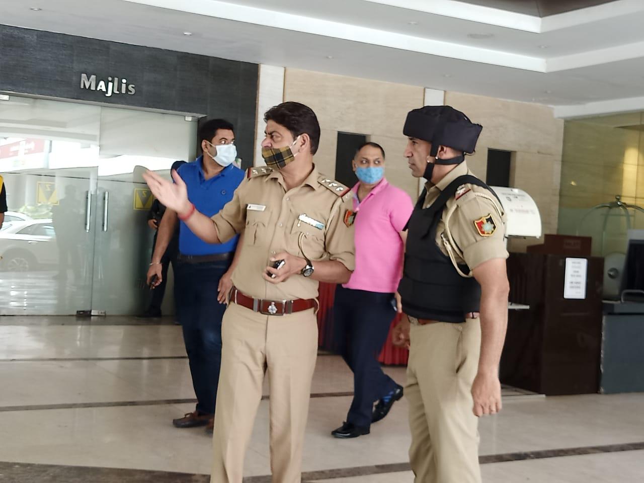 हथियारों के साथ कमांडो देख थम गई लोगों की सांसें, पुलिस ने सील किया होटल, डॉग स्क्वॉड ने चप्पा-चप्पा खंगाला|चंडीगढ़,Chandigarh - Dainik Bhaskar