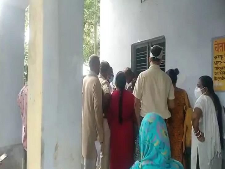 किदवई नगर स्वास्थ्य केंद्र में वैक्सीन लगवाने पर लोगों में हुई कहासुनी, सोशल डिस्टेंसिंग की उड़ी धज्जियां|कानपुर,Kanpur - Dainik Bhaskar