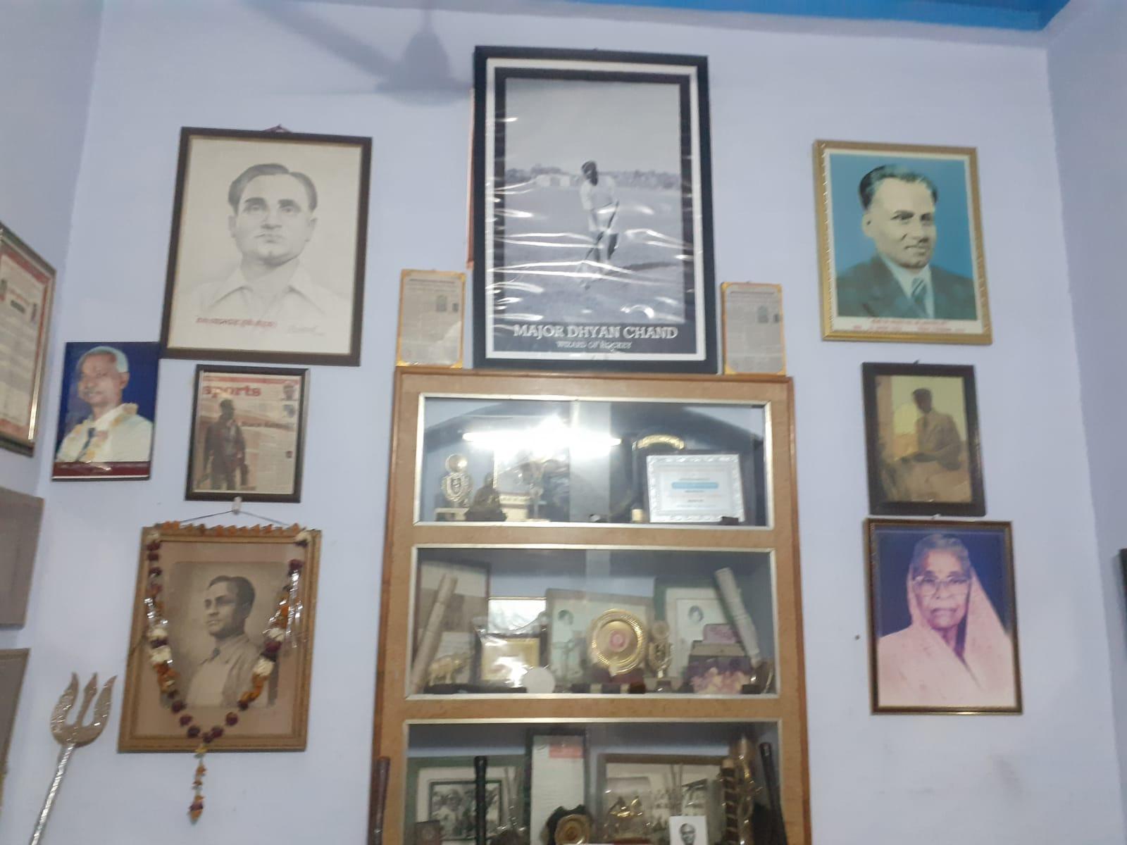 मेजर ध्यानचंद के घर की अलमारियों और दीवारों पर उनकी यादें सजी हैं।