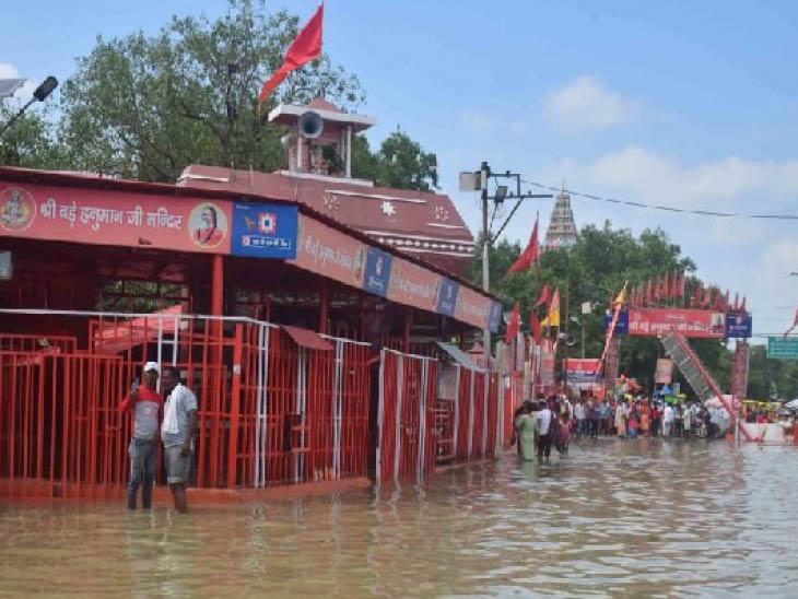 संगम में लेटे हनुमान मंदिर में बाढ़ का पानी घुस गया है। यहां जलस्तर तेजी से बढ़ रहा है।