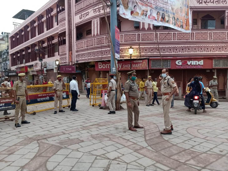 वाराणसी में घाट पर नजर रखने के लिए पुलिस लगाई गई है।