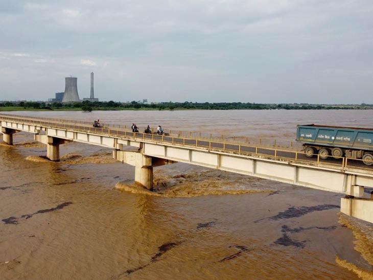 हमीरपुर में यमुना नदी खतरे के निशान से 2 सेमी ऊपर बह रही है।