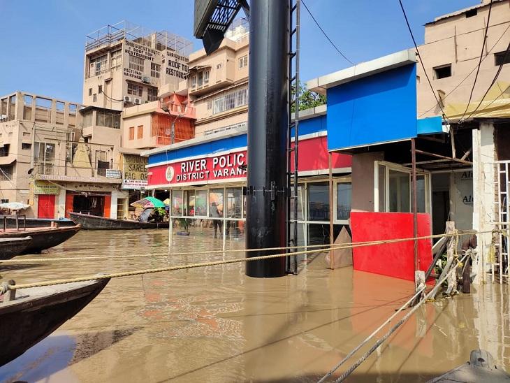 वाराणसी में चेतावनी बिंदु से 90 सेंटीमेटर नीचे बह रही गंगा, प्रमुख घाटों पर निगरानी कर रही पुलिस; एलर्ट मोड में NDRF वाराणसी,Varanasi - Dainik Bhaskar