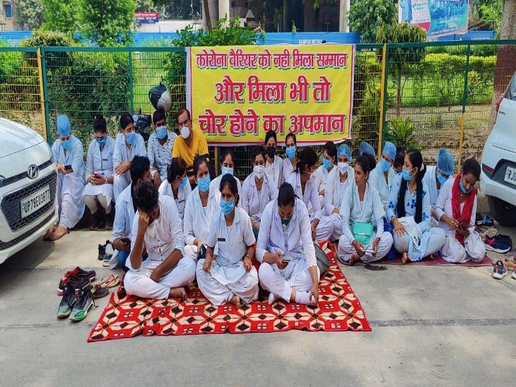 कानपुर में आउटसोर्सिंग नर्सिंग स्टाफ ने की हड़ताल, मरीज परेशान; तीमारदारों को खुद खींचने पड़े स्ट्रेचर|कानपुर,Kanpur - Dainik Bhaskar