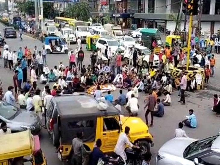 बैंक कैशियर की मौत के बाद गुस्साये लोगों ने चौराहे पर शव रख किया चक्काजाम, आरोपियों पर कड़ी कार्रवाई व आर्थिक सहायता की मांग इंदौर,Indore - Dainik Bhaskar