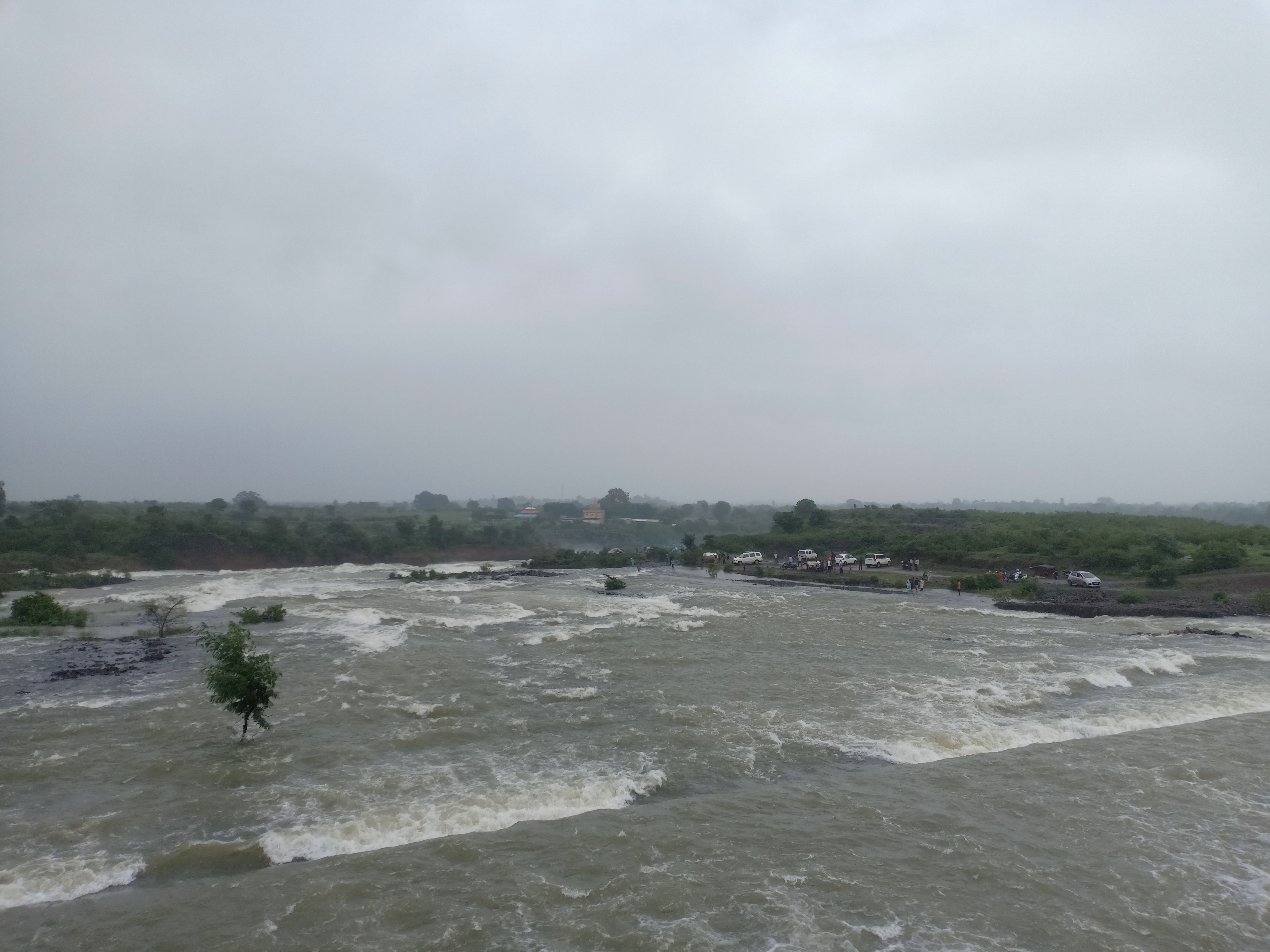राजघाट में पानी के बीच आकर्षक दृष्य।