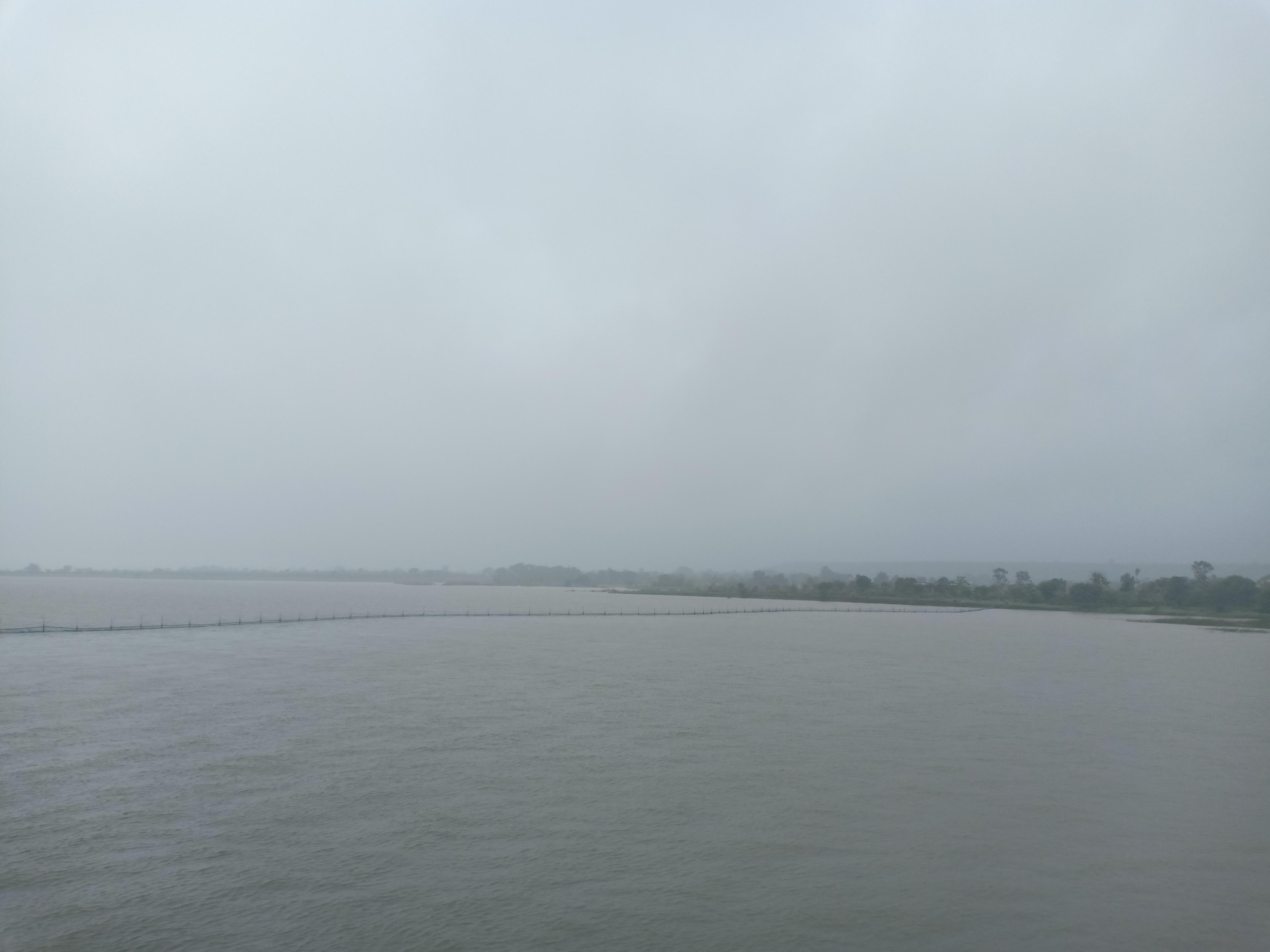 राजघाट बांध में जहां तक नजर वहां तक दिख रहा पानी।