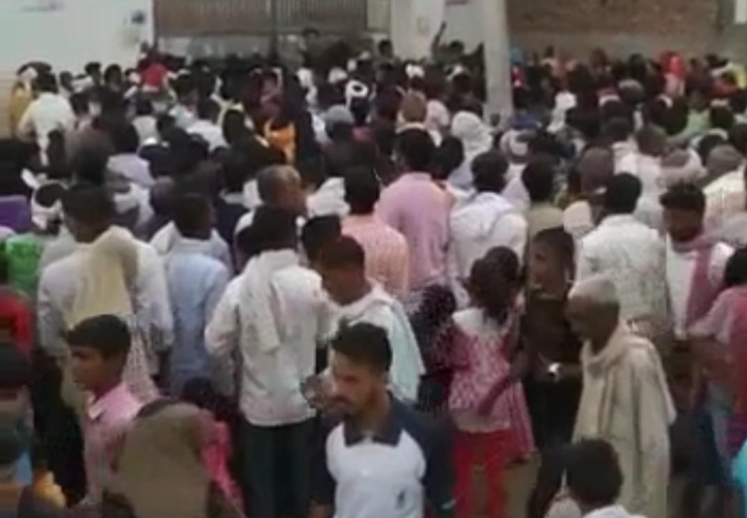 जिलाबदर प्रधानपति की दादी की तेरहवीं में 50 हजार से लोगों की उमड़ी भीड़, 35 केंद्रों पर 15000 ने दी बीएड प्रवेश परीक्षा, केंद्रों के बाहर नहीं दिखी सोशल डिस्टेंसिंग|आगरा,Agra - Dainik Bhaskar