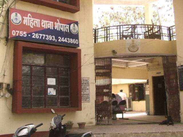 पुलिसकर्मी ने दूसरी गर्लफ्रेंड से बनवाया वीडियो, वायरल करने की धमकी देकर 2 साल तक शोषण करता रहा भोपाल,Bhopal - Dainik Bhaskar