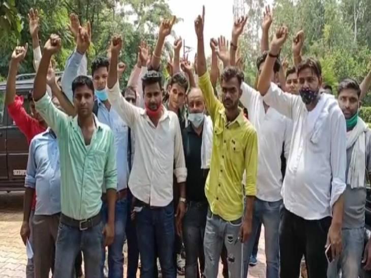 डेयरी में मजदूरों को दो हफ्तों से नहीं मिले पैसे, फैक्ट्री के गेट पर दिया धरना मुरादाबाद,Moradabad - Dainik Bhaskar