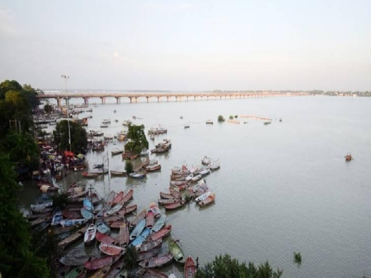 प्रयागराज में तटवर्ती इलाकों में पानी तेजी से बस्तियों की तरफ बढ़ रहा है।