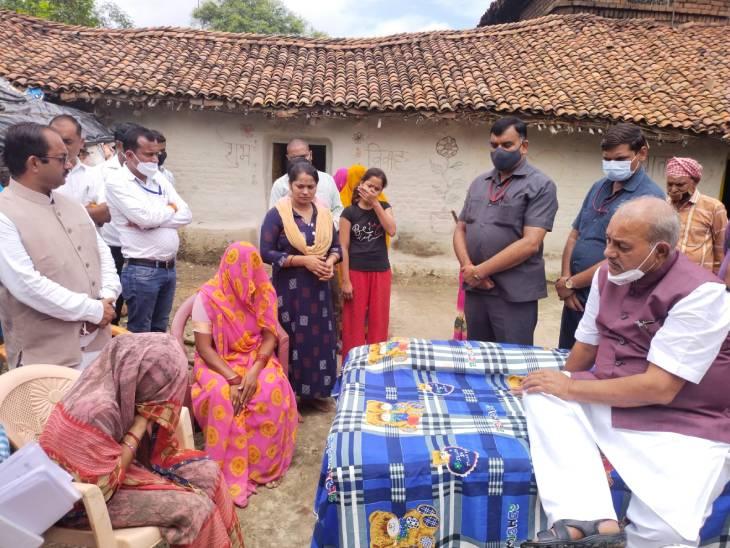 मकान गिरने से 4 व्यक्तियों की असामयिक मृत्यु पर शोक संतप्त परिवार का बंधाया ढ़ाढस, कहा- हर संभव मदद करेगी सरकार|रीवा,Rewa - Dainik Bhaskar