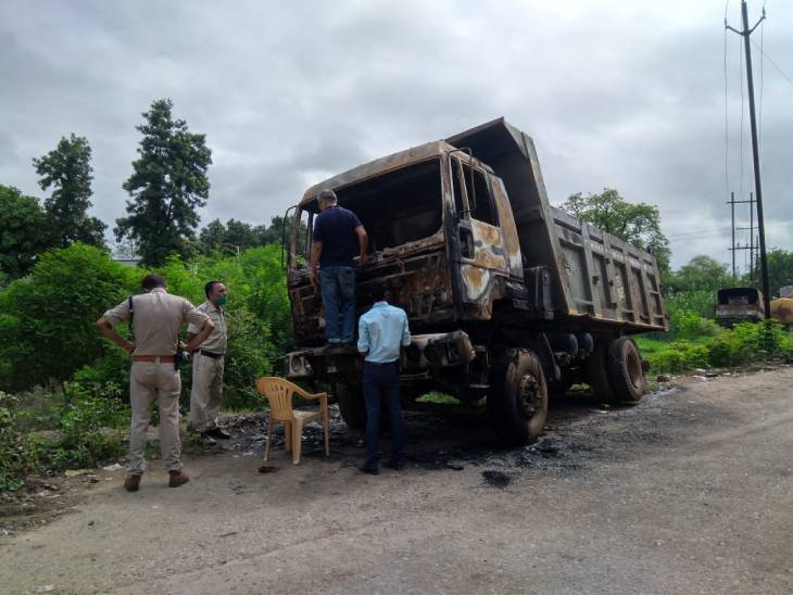 रीवा के ट्रांसपोर्ट नगर में 3 साल से खड़े डंपर में लगी आग, देर रात फायर ब्रिगेड ने पाया आग पर काबू, फिर सुबह लोगों ने जला शव देखा|रीवा,Rewa - Dainik Bhaskar