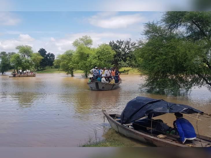 कुछ गांवों में आवाजाही के लिए प्रशासन ने नावों की व्यवस्था की है।